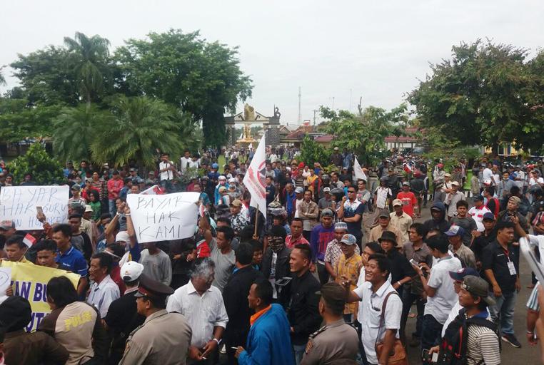 LAMPUNG POST | Tak Kunjung Dibayar, Kontraktor di Lampura Gelar Demo Jilid III
