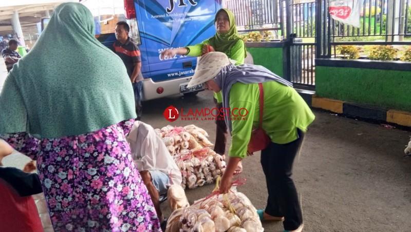 Demi Keluarga, Wati Berjualan Kemplang di Pelabuhan Bakauheni