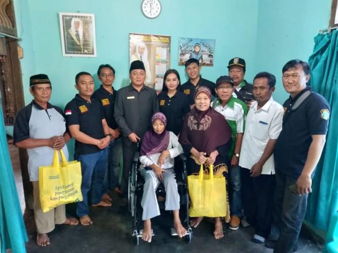 Derita Kelumpuhan, Manisem dapat Bantuan Kursi Roda dari Anggota DPRD Pringsewu