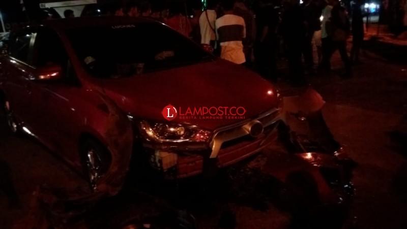 Diduga Sopir Mabuk, Yaris Merah Hantam Pembatas Jalan Sultan Agung