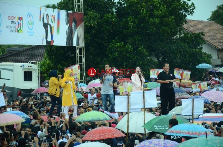 Diguyur Hujan, Ribuan Warga Pringsewu Deklarasikan Dukung Jokowi