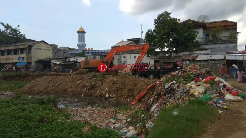 Dua Alat Berat Bersihkan Lokasi Pasar SMEP