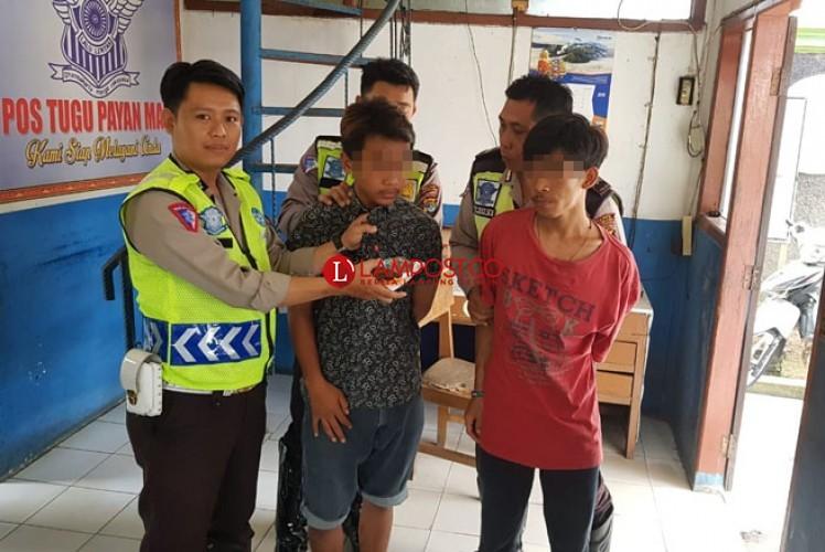 Dua Pemuda Kedapatan Bawa Ganja saat Melintas di Tugu Payam Mas Kotabumi