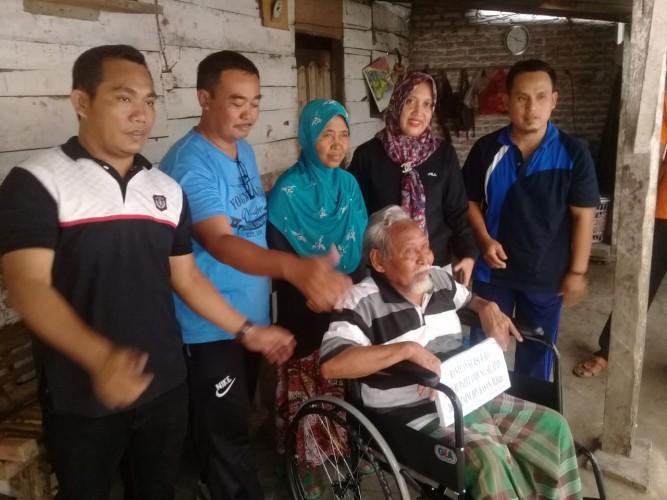 Dua Penderita Disabilitas di Palas Dapat Bantuan Kursi Roda