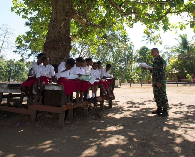 TNI Terjunkan Tentara untuk Mengajar di Sekolah Terpencil