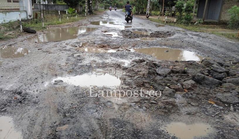 LAMPUNG POST | Dilintasi Kendaraan Tonase Besar, Jalan Antarkecamatan di Kalianda Rusak Parah