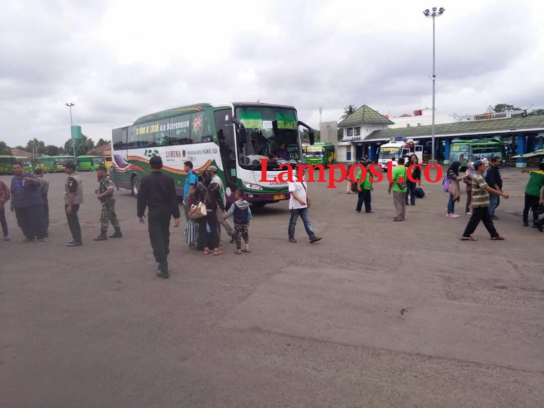 LAMPUNG POST | Penumpang Mulai Sepi, Bus Bantuan Kembali ke Bandar Lampung