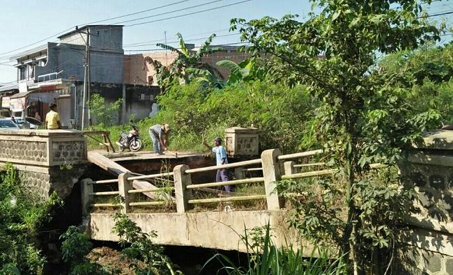 Jembatan Kali Wayit Amblas, Pemkab dan Warga Bangun Jembatan Sementara