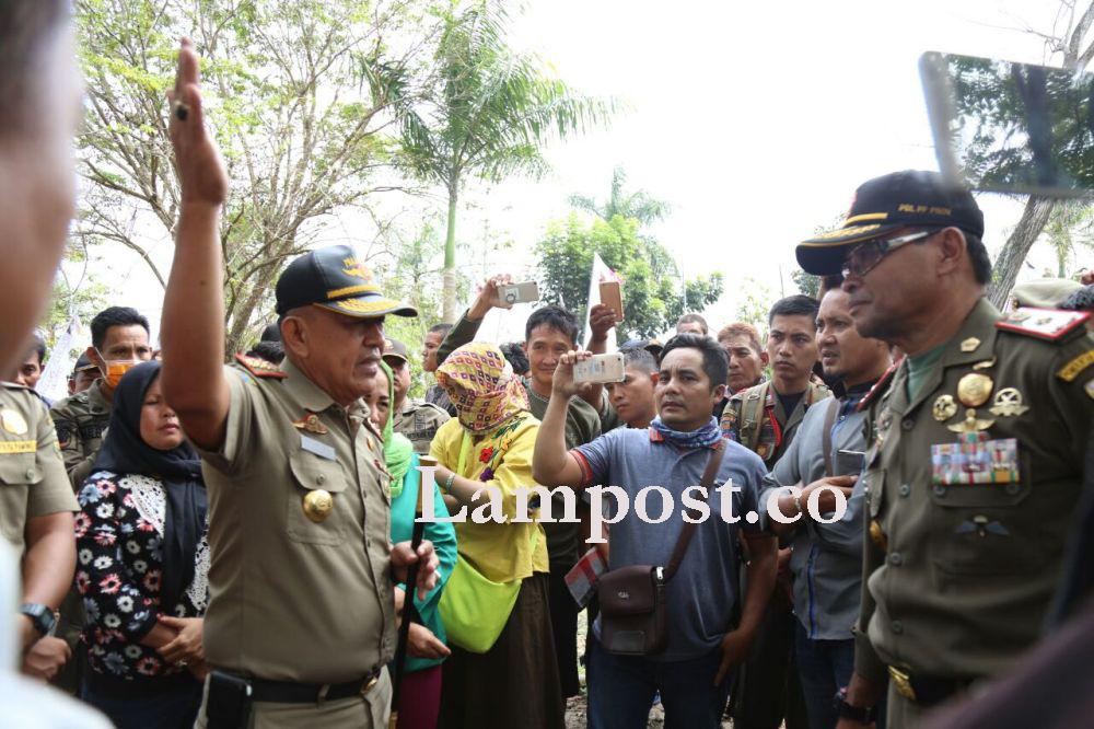 LAMPUNG POST | Tertibkan Pedagang, Satpol PP Provinsi Bersitegang dengan Satpol PP Kota