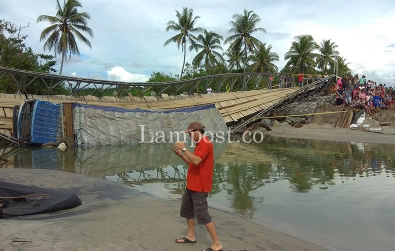 LAMPUNG POST | Ulah Sopir Truk Bandel Jadi Penyebab Jembatan Bailey Ambruk