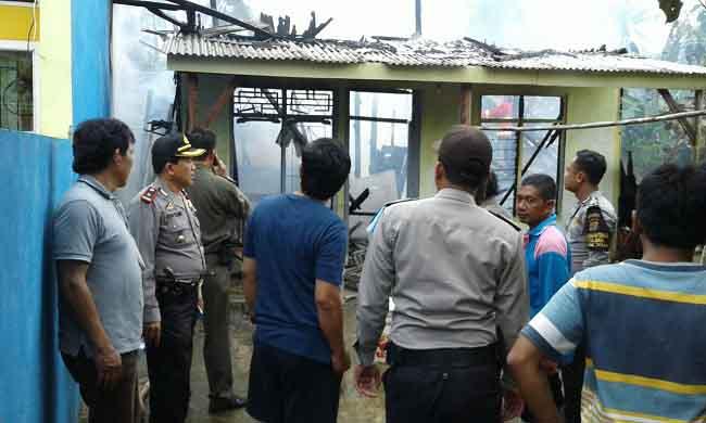 LAMPUNG POST | Diduga Korsleting Rumah Warga Di Desa Wiyono Kebakaran