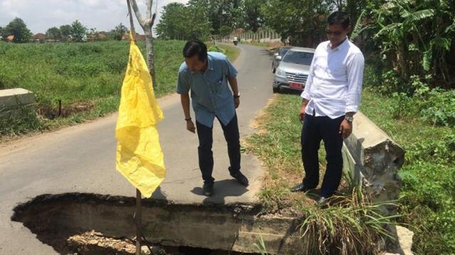 LAMPUNG POST | Warga Menggala Minta Gorong-gorong di Jalan Way Rarem Diperbaiki
