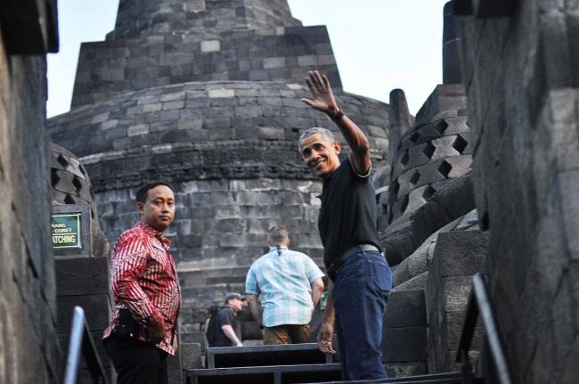 LAMPUNG POST | Obama Berlari Naiki Candi Shiwa