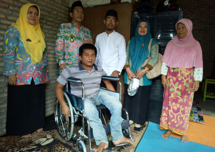LAMPUNG POST | Lagi, Bupati Lamsel Serahkan Bantuan Bagi Penyandang Cacat