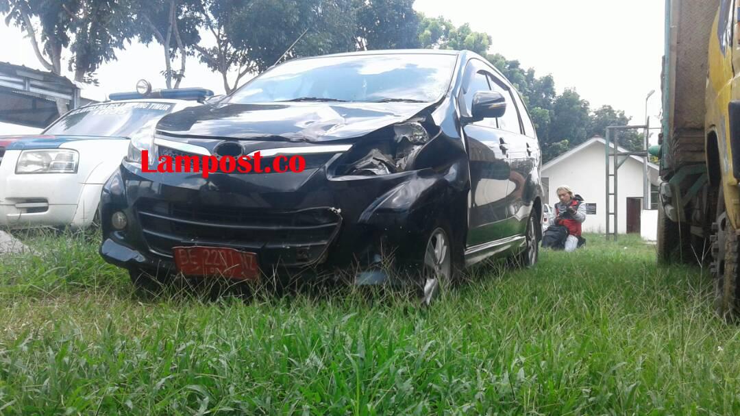 LAMPUNG POST | Mobil Plat Merah Diamankan di Mapolres Lampung Timur Usai Tabrakan dengan Pemotor