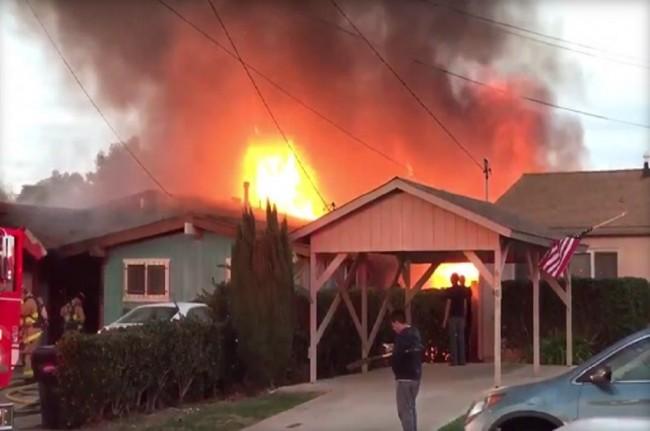 LAMPUNG POST | Pesawat Kecil Hantam Rumah Penduduk di San Diego, 2 Orang Tewas