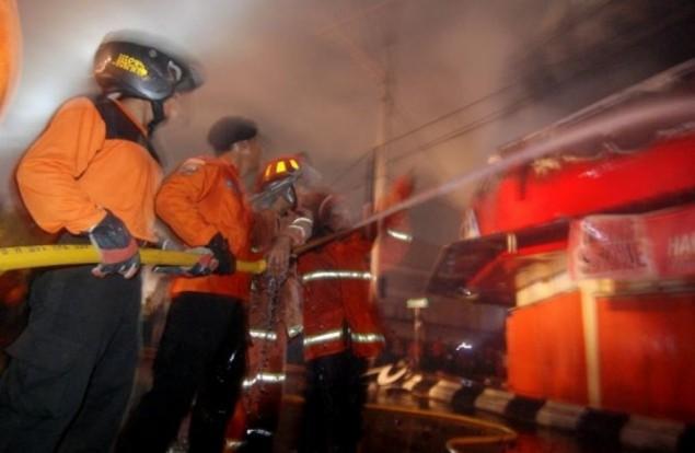 LAMPUNG POST    Stasiun Klender Kebakaran, Sejumlah Jadwal KRL Terganggu