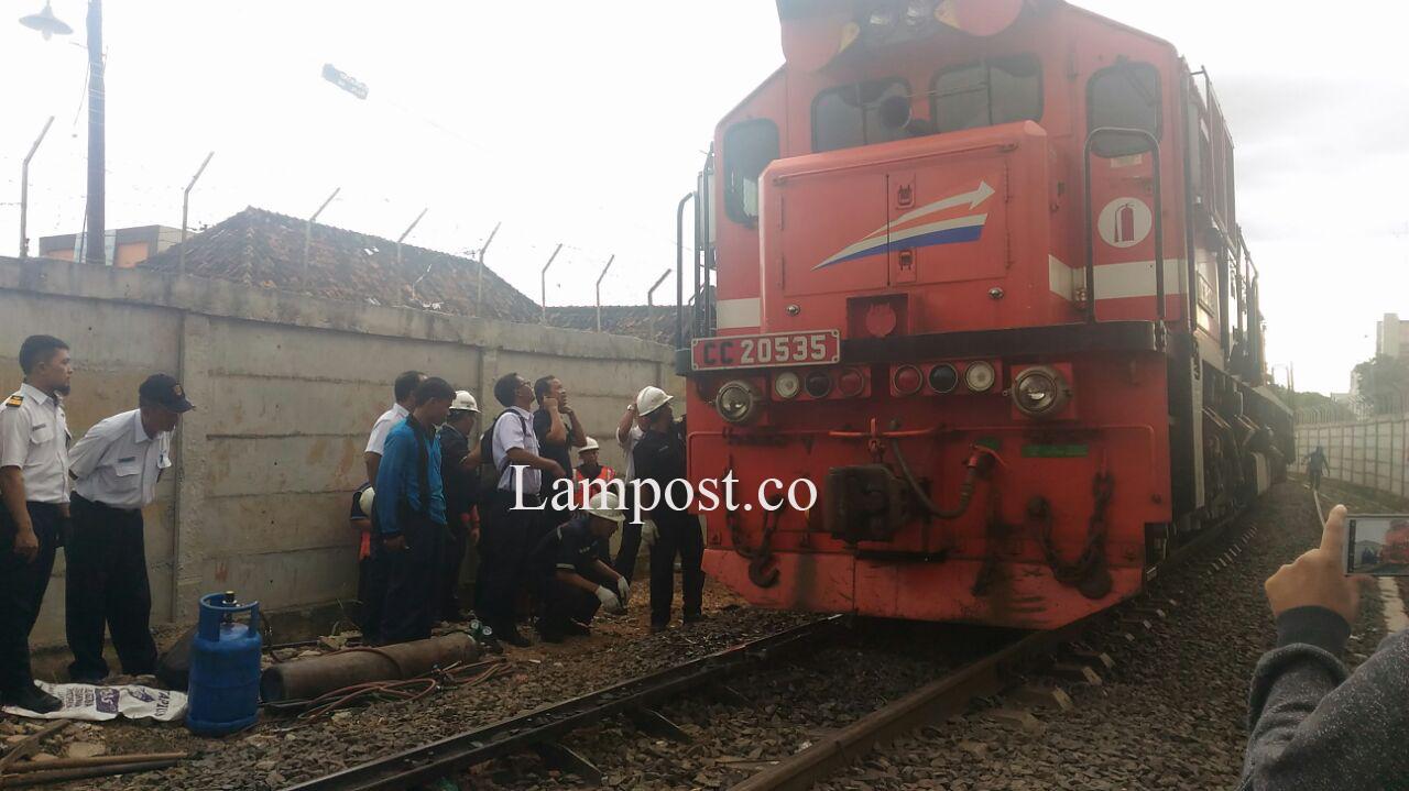 Kereta Babaranjang Anjlok di Perlintasan Jalan Kamboja