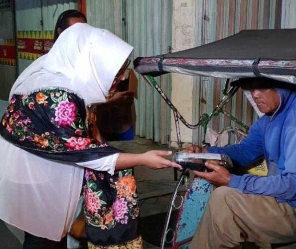 Elty Clinic Bagikan Makanan Sahur