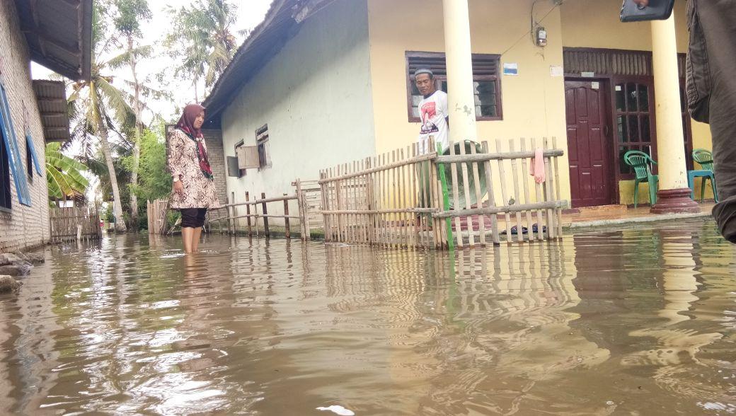 LAMPUNG POST   Sepekan Dilanda Banjir, Camat Palas Kunjungi Desa Bandanhurip