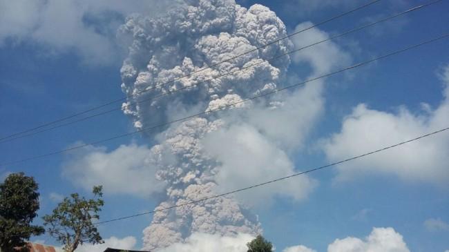 LAMPUNG POST | Gunung Sinabung Luncurkan Awan Panas Setinggi 5 Km