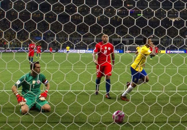 LAMPUNG POST   Brasil Paksa Cile Gigit Jari Absen di Piala Dunia 2018