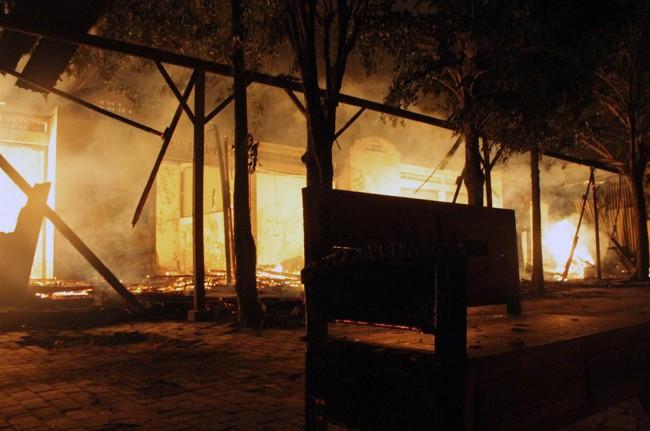 LAMPUNG POST   Kebakaran Hanguskan Puluhan Kios Pasar Mebel Terbesar di Jatim