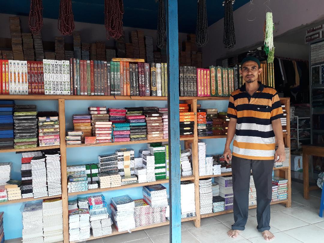 LAMPUNG POST | Mukhsin Sediakan Kitab dan Baju Muslim Lengkap