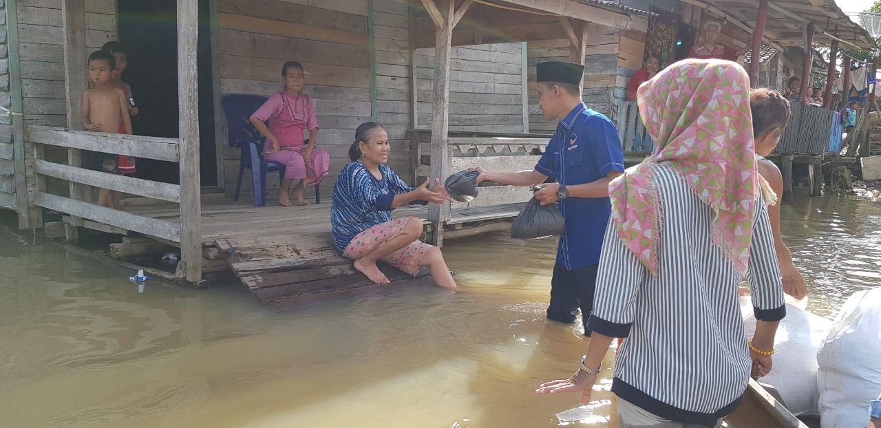 LAMPUNG POST | NasDem Tulangbawang Bantu Korban Banjir di Menggala dan Danteteladas