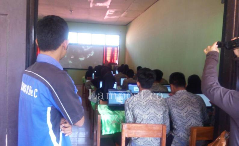 LAMPUNG POST   UNBK di SMPN 22 Bandar Lampung Terpaksa Gunakan Genset