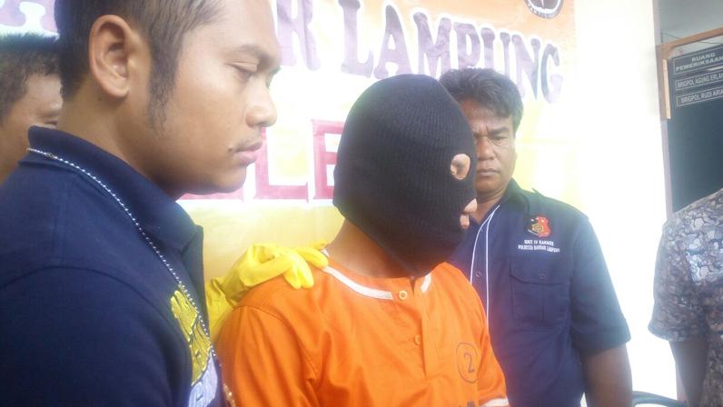 LAMPUNG POST | Takut Ditembak Polisi, Pembunuh Juru Tagih Ini Menyerahkan Diri