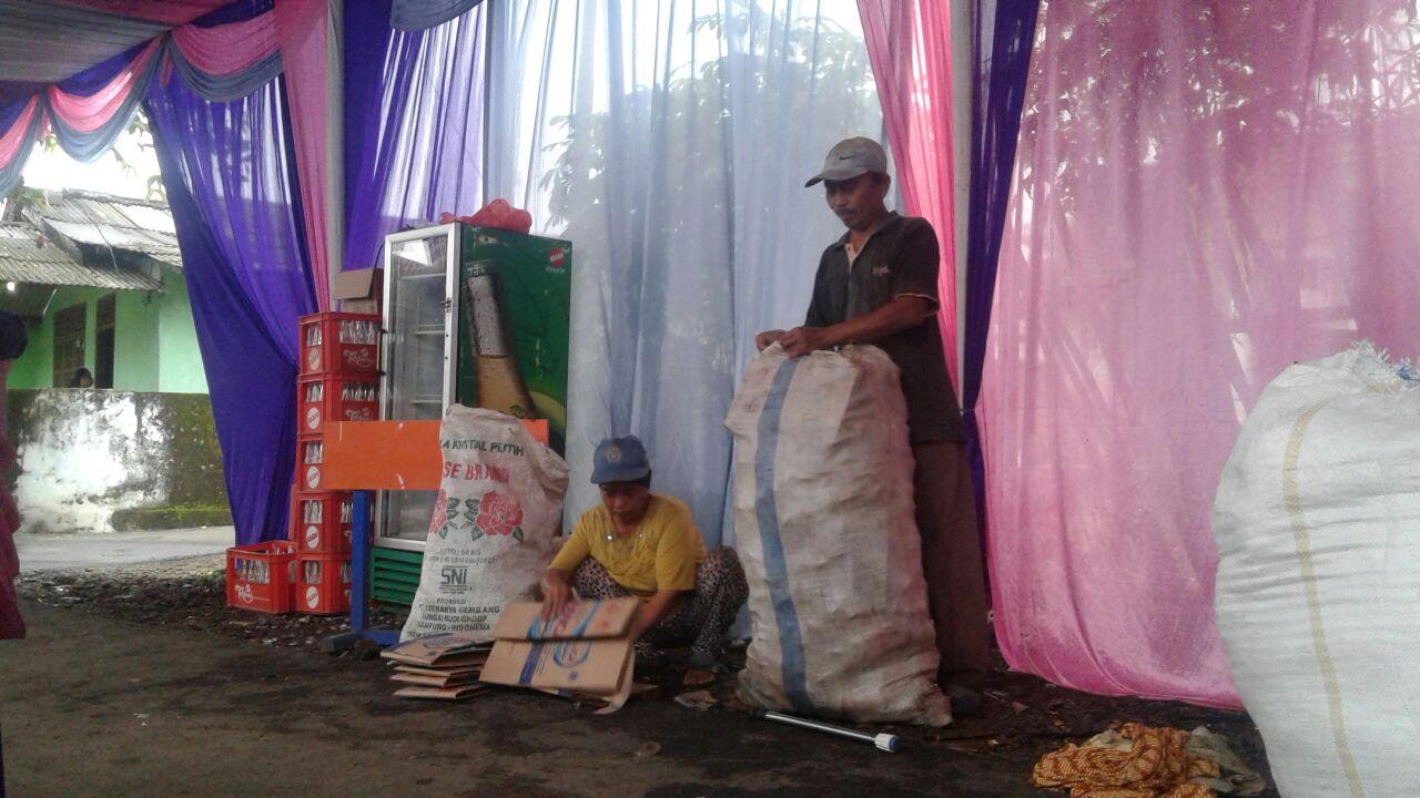 LAMPUNG POST | Bagi Pemulung, Pesta atau Hajatan Merupakan Bonus Mengais Rezeki