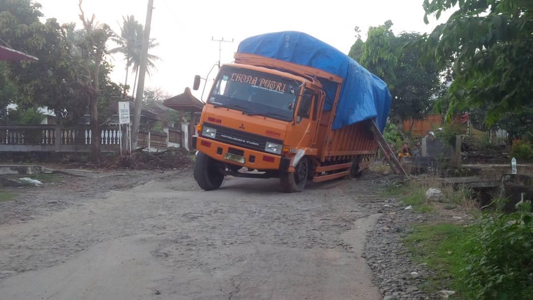 LAMPUNG POST | Kelebihan Muatan, Fuso Pengangkut Gabah Ambles di Jalan Provinsi