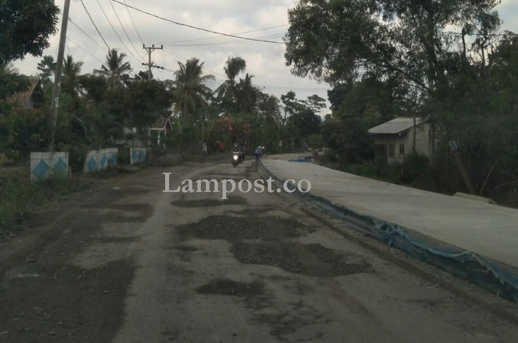 LAMPUNG POST | Proyek Draninase dan Rigid Beton di Simpang Gayam Mandek