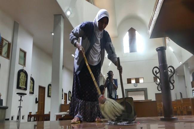 Warga Muslim Ikut Bersihkan Gereja St Lidwina