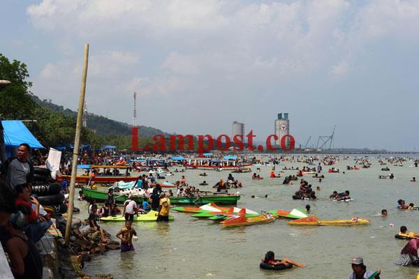 LAMPUNG POST | Liburan di Pantai Teluk Lampung