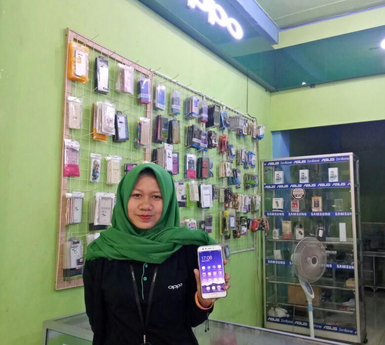 LAMPUNG POST | Konter Ponsel di Banjaragung Menyuguhkan Beragam Pilihan Smartphone
