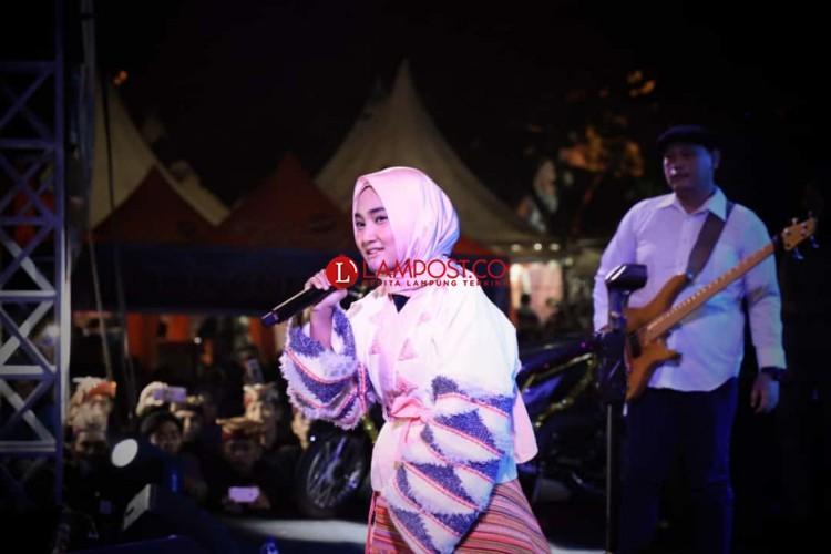 Fatin Shidqia Lubis Hibur Masyarakat Kalianda dalam Lampung Selatan Fair 2018