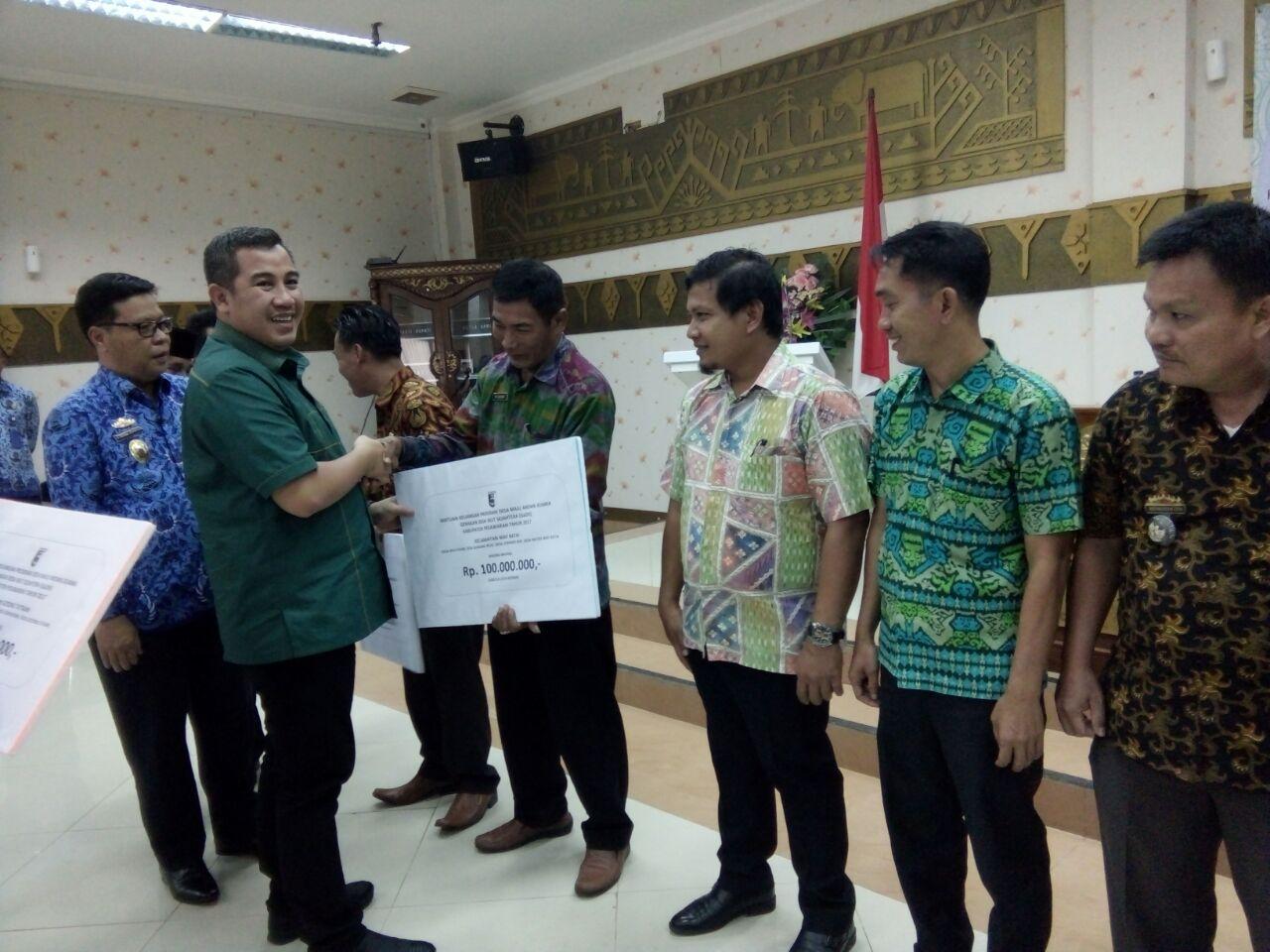 LAMPUNG POST | Bupati Pesawaran Serahkan Dana GaDIS kepada 44 Desa