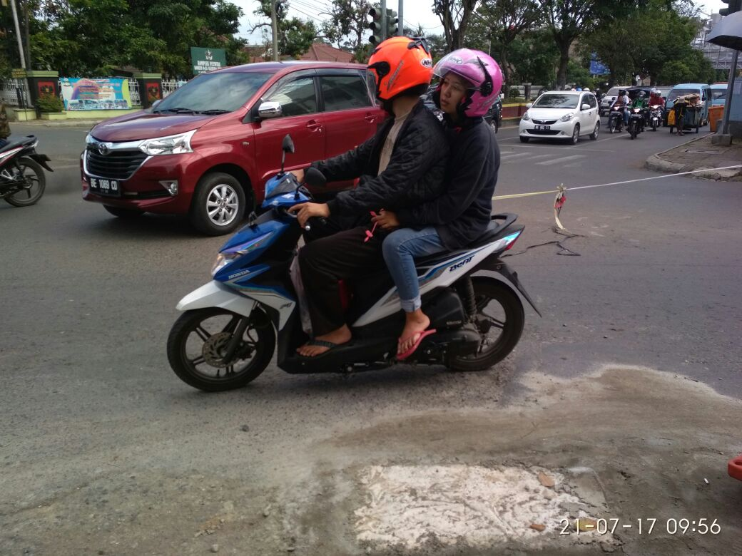 LAMPUNG POST | Pengguna Jalan Bersyukur, Berlubang di Pertigaan Jalan Urip-Teuku Umar Telah Ditambal