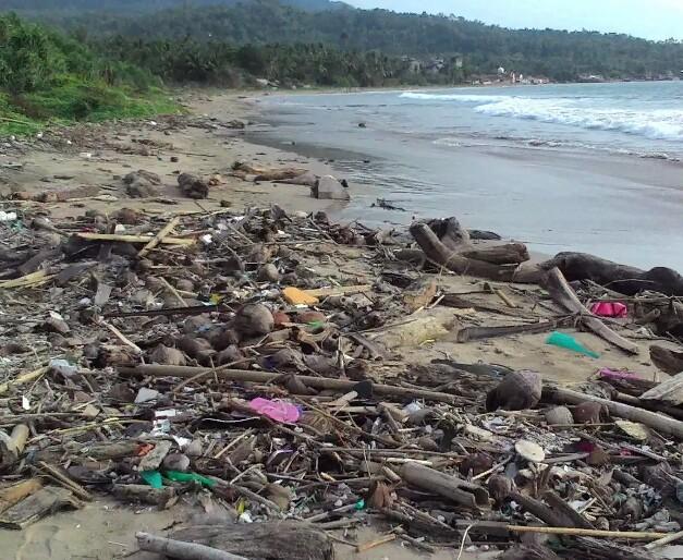 Kurang Kesadaran, Sampah Masih Berserakan di Pantai Kalianda