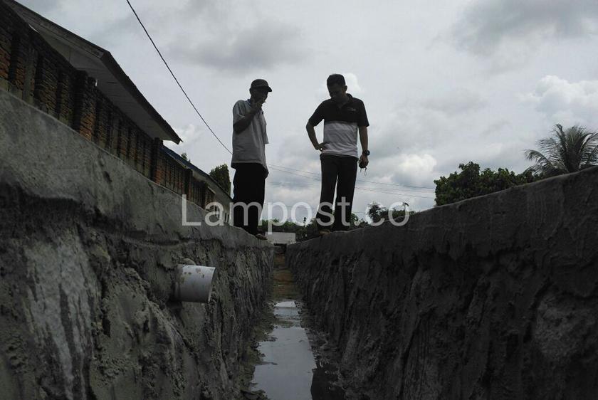 LAMPUNG POST   Antisipasi Banjir, Tiyuh Kibang Budijaya Bangun Drainase dengan Dana Desa