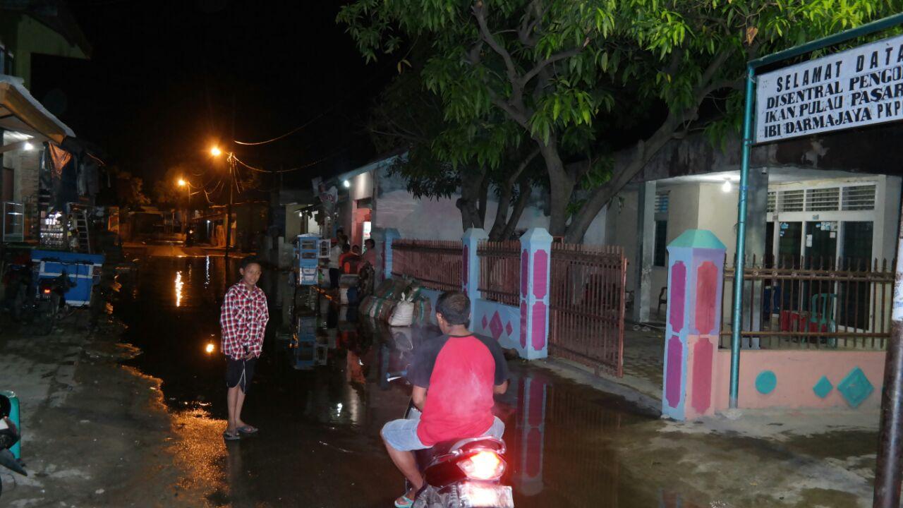 Banjir Rob Masih Genangi Jalan Teluk Bone