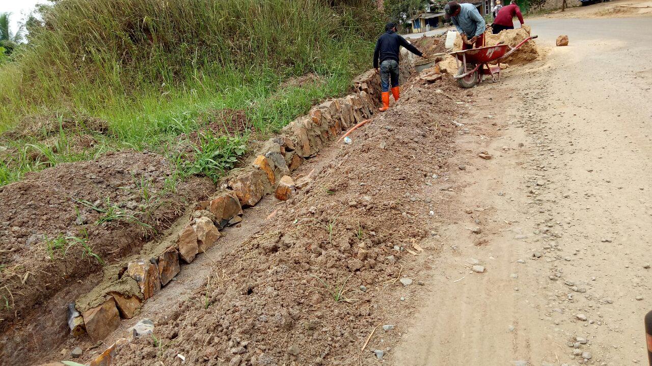 LAMPUNG POST | Pengerjaan Proyek Talud di Desa Sidomulyo Terlihat Asal Jadi