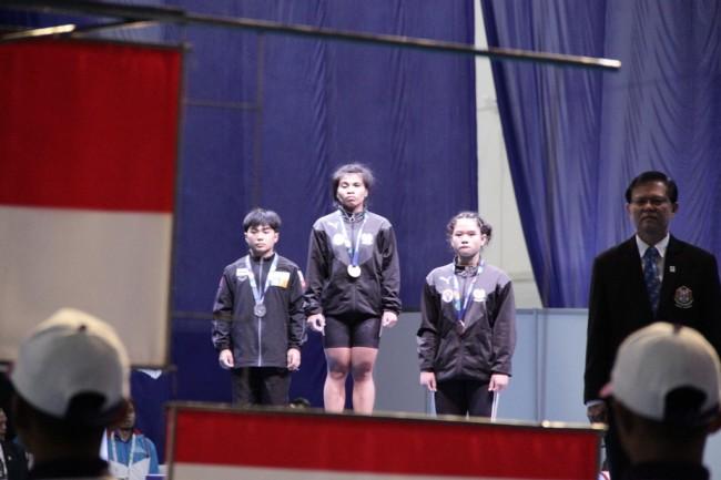 LAMPUNG POST | Sri Wahyuni Sumbang Medali Emas di Cabor Angkat Besi