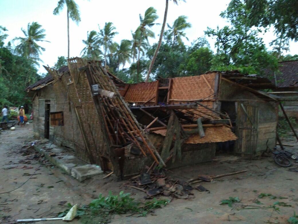 LAMPUNG POST | Puting Beliung Landa Way Jepara, Belasan Rumah Rusak