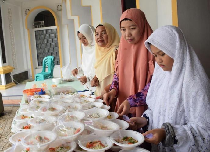 Food Van ACT Berbagi Bersama Masyarakat Talang Padang