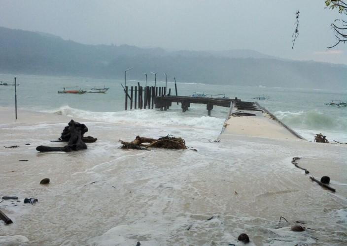 Gelombang Masih Tinggi, Perbaikan Dermaga Apung Belum Dipastikan