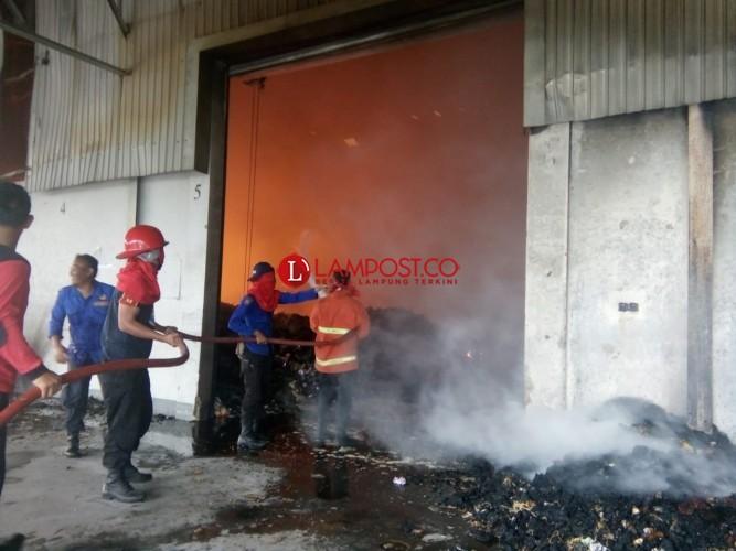 Gudang PT LDR di Kotabumi Ludes Terbakar