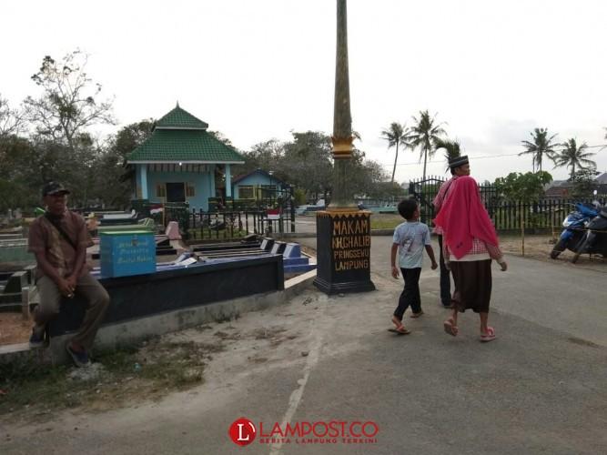 H-2 Ramadan, Warga Pringsewu Ramai Ziarah ke Makam